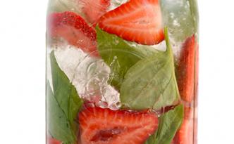 Reseptejä ja treenejä: mansikka-basilikavesi