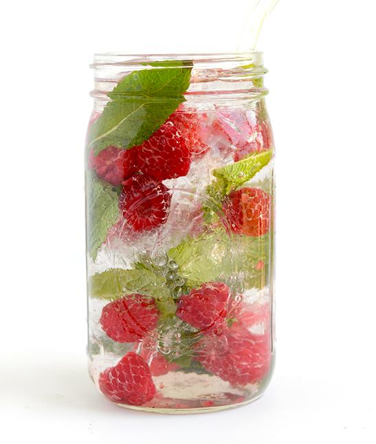 Reseptejä ja treenejä: vadelma-minttuvesi
